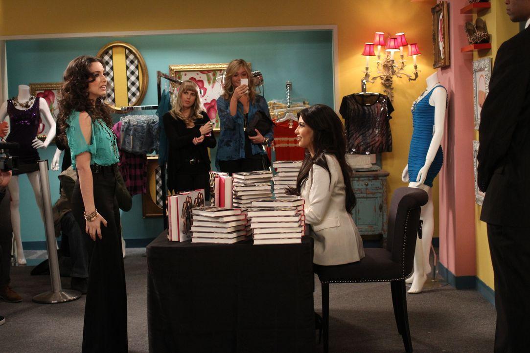 Trifft ihr großes Idol Kim Kardashian (r.) bei einer Autogrammstunde: Mandy (Molly Ephraim, l.) ... - Bildquelle: 2011 Twentieth Century Fox Film Corporation