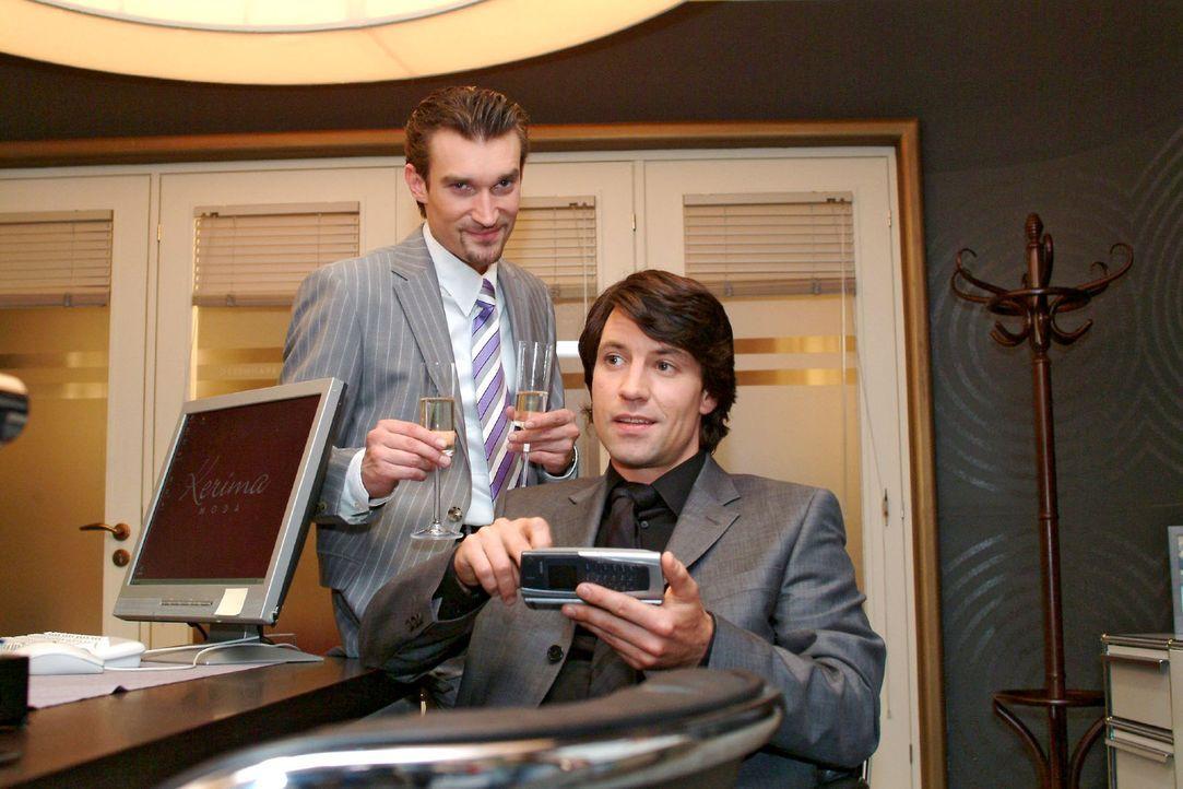 Richard (Karim Köster, l.) und Viktor (Roman Rossa, r.) können die Übernahme von Kerima Moda kaum erwarten ... - Bildquelle: Monika Schürle Sat.1