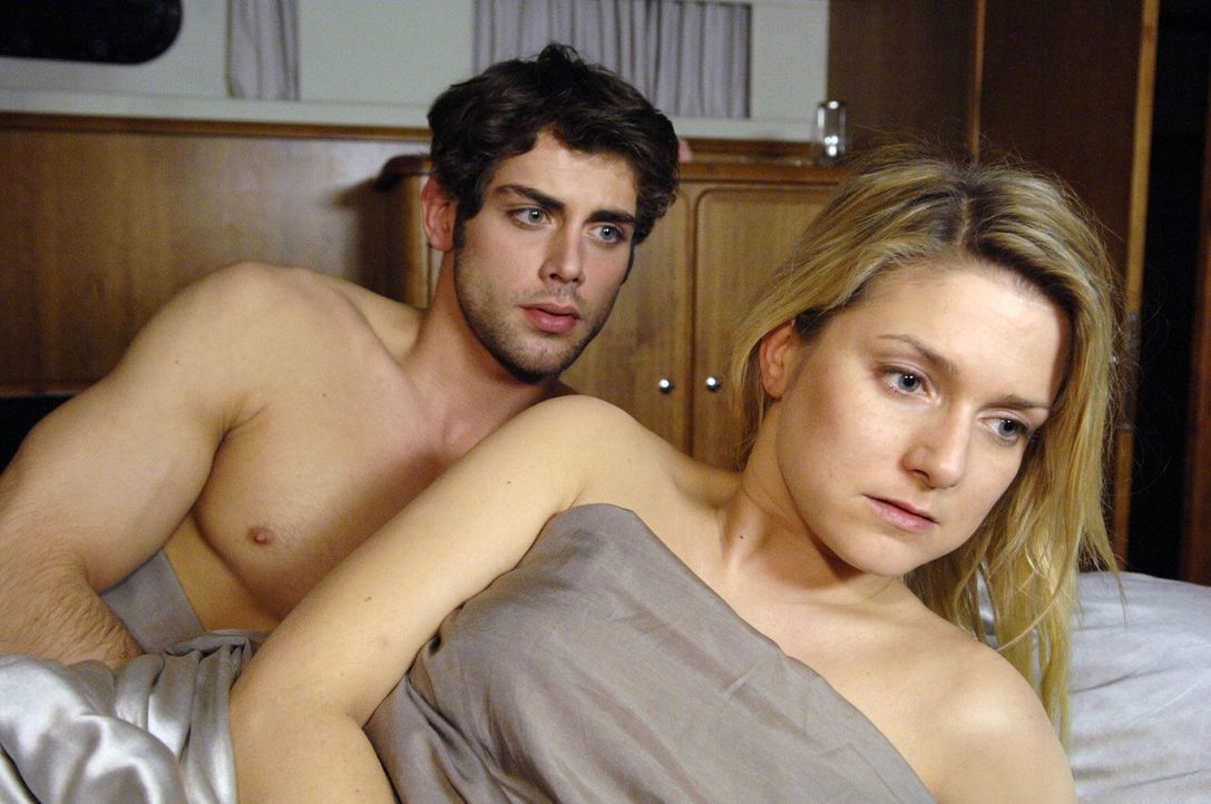 Anna (Jeanette Biedermann, r.) und Jonas (Roy Peter Link, l.) erwachen nach ihrer gemeinsamen Nacht - und am Tag seiner Hochzeit mit Katja! - Bildquelle: Claudius Pflug Sat.1