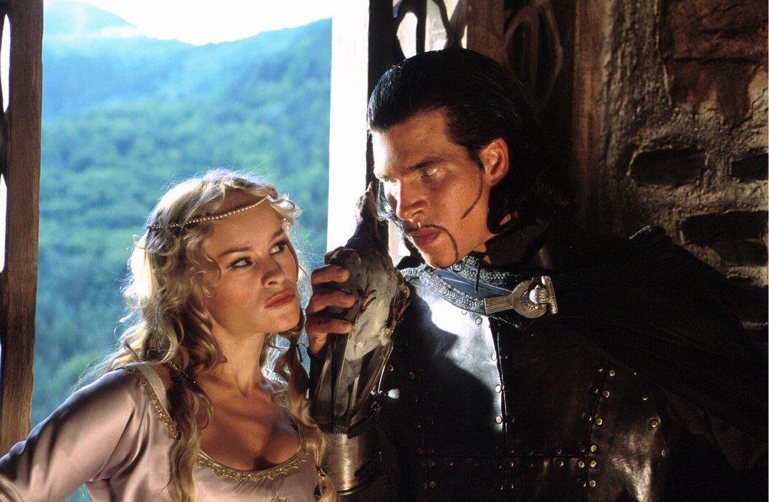 Kriemhilds (Dorkas Kiefer, l.) hinterhältiger Verehrer Hagen (Volker Büdts, r.) hat einen Plan, wie sie Siegfried ein für allemal loswerden könn... - Bildquelle: Constantin Film