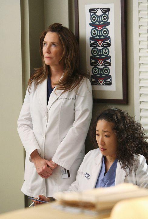 Da Cristina (Sandra Oh, r.) suspendiert ist, muss sie die seltsame Dr. Dixon (Mary McDonnell, l.) bei einem Probearbeitstag betreuen ,,, - Bildquelle: Touchstone Television