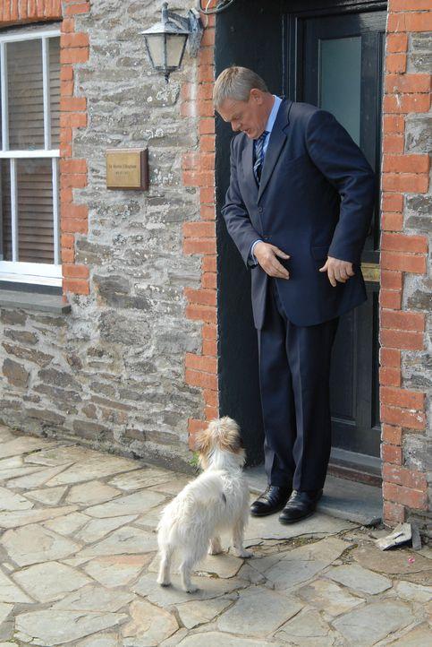 Doc Martins (Martin Clunes) letzter Tag in Portwenn ist angebrochen. Das Wartezimmer ist proppenvoll, als klar wird, dass Louisa und das Ungeborene... - Bildquelle: BUFFALO PICTURES/ITV