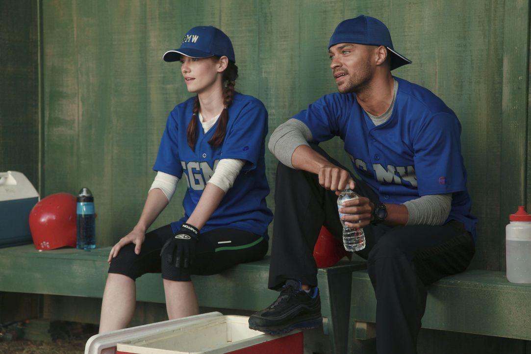 Lexie (Chyler Leigh, l.) kann ihre Eifersucht kaum verstecken als sie Mark mit einer neuen Frau sieht und Jackson (Jesse Williams, r.) merkt, dass s... - Bildquelle: ABC Studios