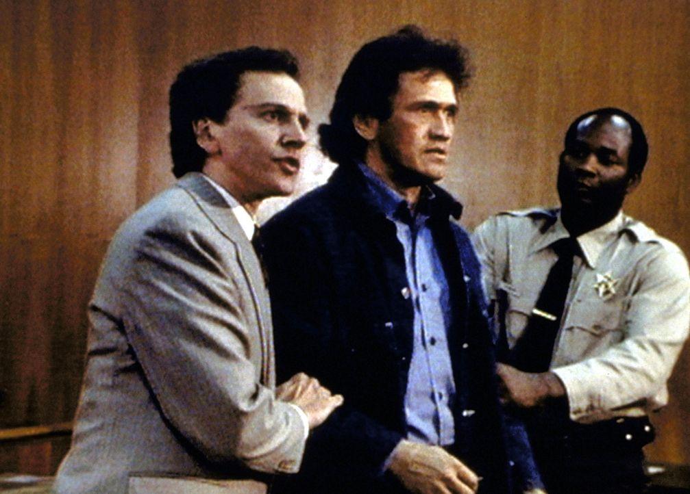 Matthew (John Rubinstein, l.) vertritt seinen Freund Humphrey (Henry Bal, M.) vor Gericht. - Bildquelle: Worldvision Enterprises, Inc.