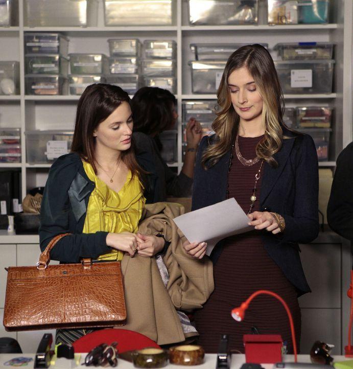 Blair (Leighton Meester, l.) arbeitet bei ihrer Zeitung und versucht, die unentspannte Epperly (Caitlin Fitzgerald, r.) mit Nate zu verkuppeln, dami... - Bildquelle: Warner Bros. Television