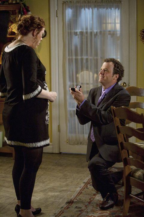 Obwohl er sich nicht ganz sicher ist, ob das Baby wirklich von ihm ist, macht David (Ben Weber, r.) Anne (Molly Ringwald, l.) einen Heiratsantrag ... - Bildquelle: 2009 DISNEY ENTERPRISES, INC. All rights reserved. NO ARCHIVING. NO RESALE.