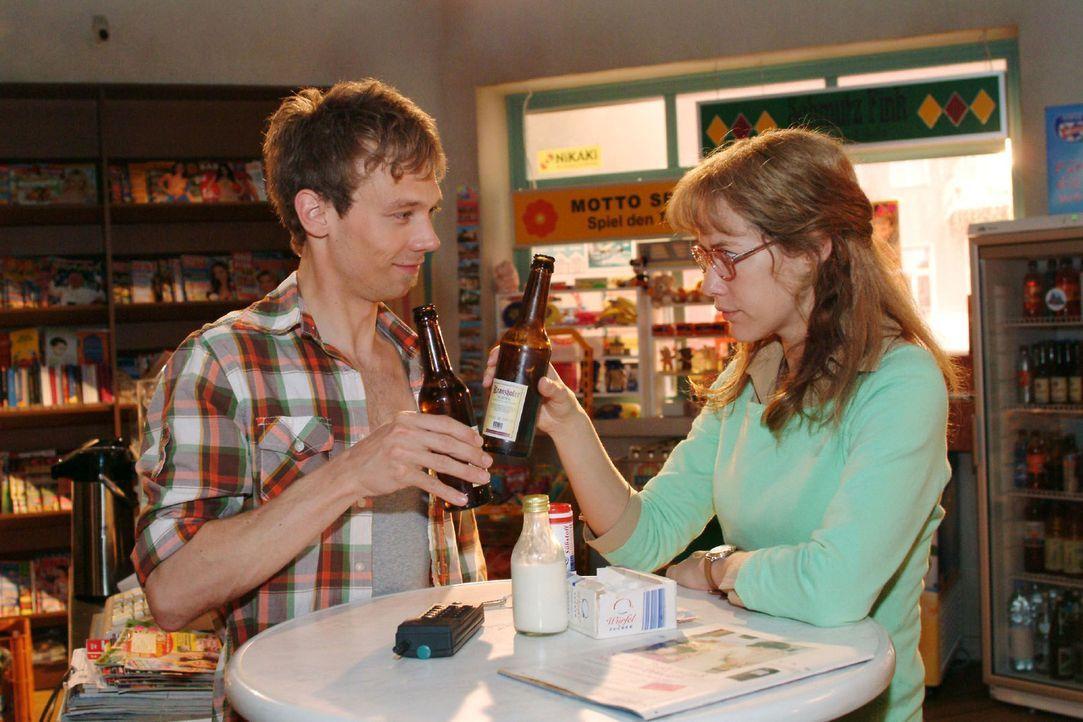 Lisa (Alexandra Neldel, r.) und Jürgen (Oliver Bokern, l.) spüren, dass sie vielleicht doch mehr als nur Freundschaft verbindet. (Dieses Foto von Al... - Bildquelle: Monika Schürle Sat.1