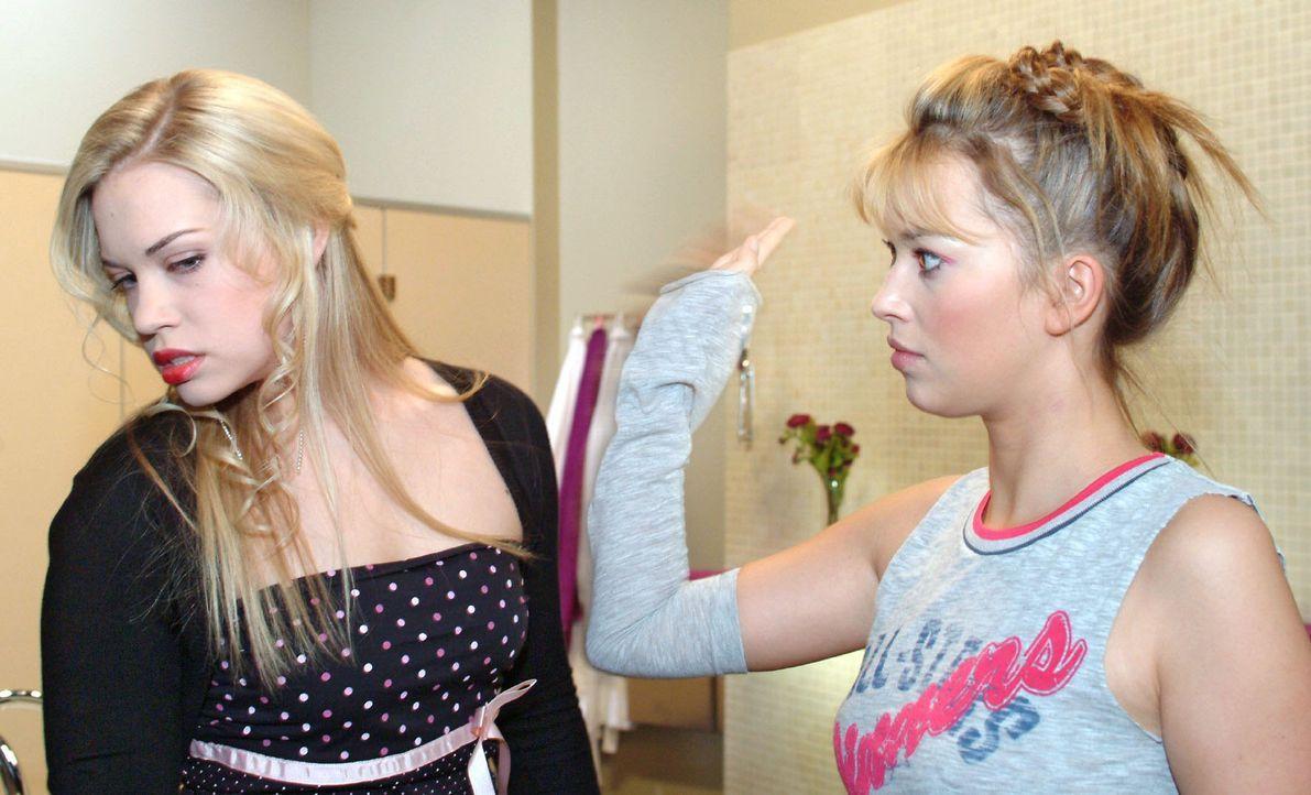 Zwischen Kim (Lara-Isabelle Rentinck, l.) und Hannah (Laura Osswald, r.) kommt es wegen Timo zu einer handgreiflichen Auseinandersetzung ... - Bildquelle: Monika Schürle Sat.1