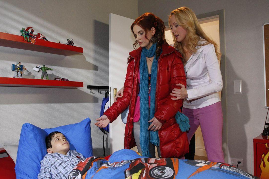 Manu (Marie Zielcke, M.) macht sich Sorgen um Daniel (Alexander Türck, l.). Sie schaltet blitzschnell, schnappt ihn und flüchtet mit ihm aus Ralf... - Bildquelle: SAT.1