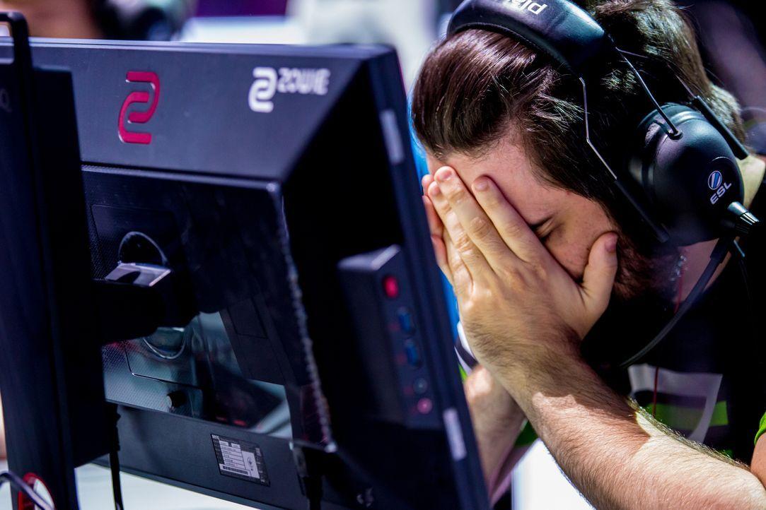 """Wo Tränen und Freude so nahe beieinander liegen ist die Spannung in der Luft spürbar. Das """"ran eSports - Professional. Gaming. Magazine."""" greift die... - Bildquelle: Bart Oerbekke, ESL"""