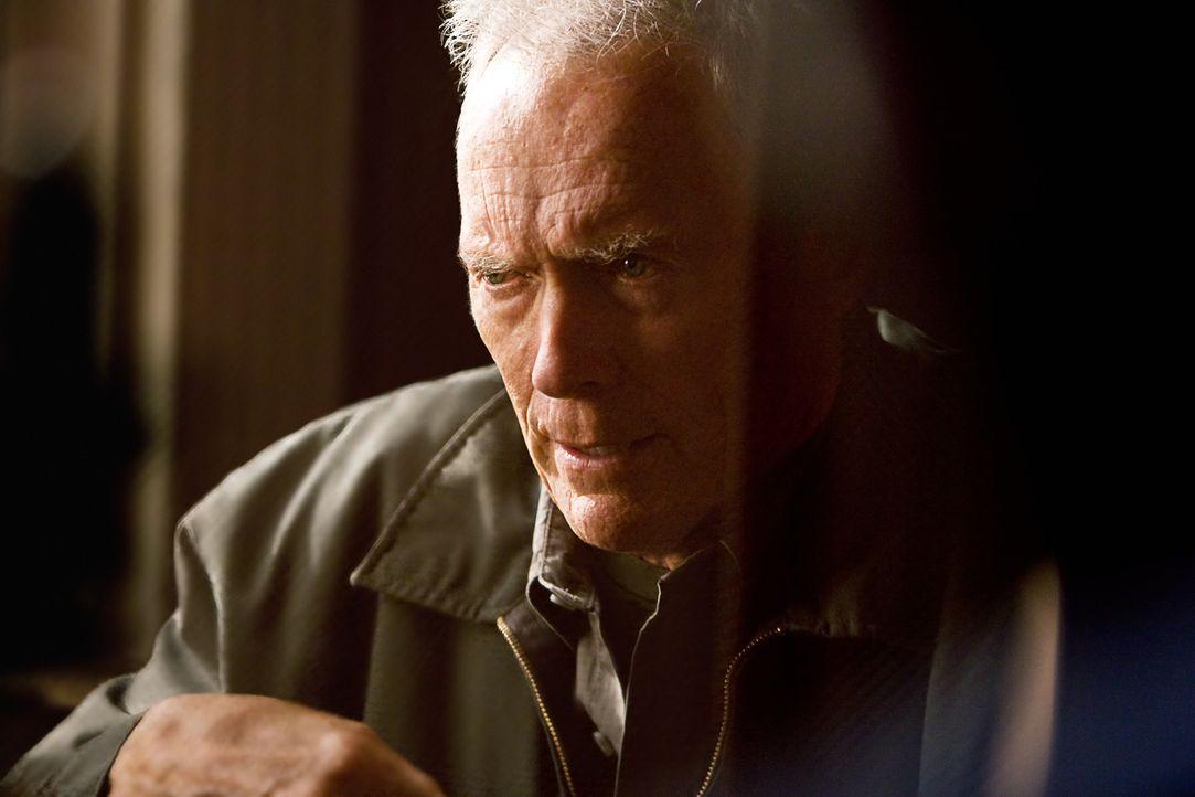 Der frustrierte Korea-Veteran Walt Kowalski (Clint Eastwood) lässt sich nicht zum Opfer machen. Gegen die stetig steigende Gewalt in seiner Nachbars... - Bildquelle: Warner Bros