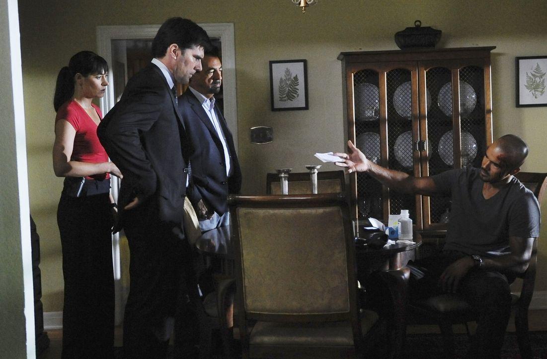 Ein Wettlauf mit der Zeit beginnt: Hotch (Thomas Gibson, 2.v.l.), Prentiss (Paget Brewster, l.), Rossi (Joe Mantegna, 2.v.r.) und Morgan (Shemar Moo... - Bildquelle: Touchstone Television