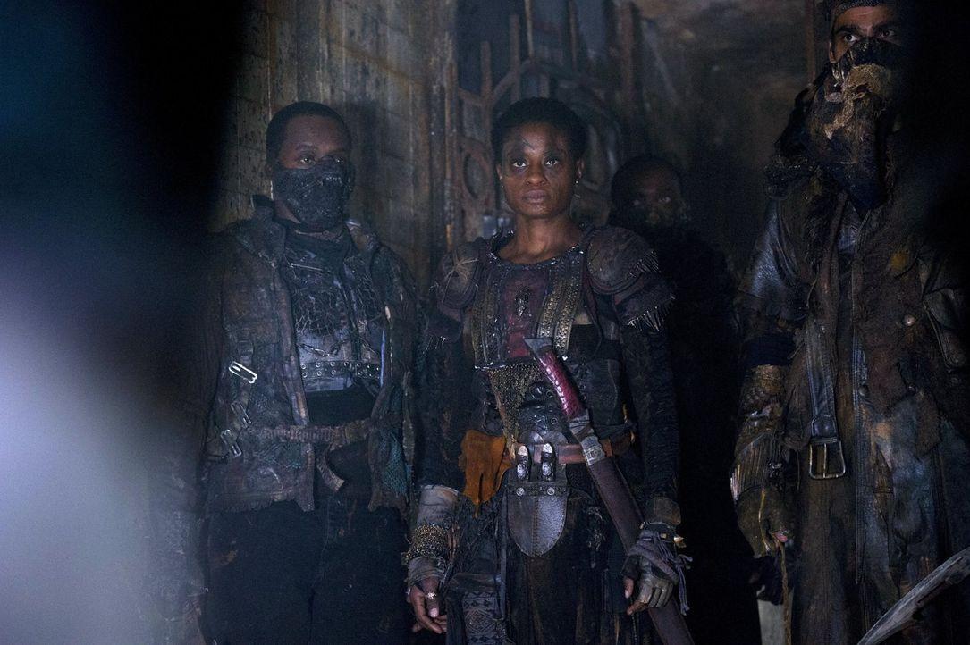 Obwohl Clarke ihnen ihre Art der Rache genommen hat, lassen sich Indra (Adina Porter, M.) und Lexa auf einen Deal ein - oder doch nicht? - Bildquelle: 2014 Warner Brothers