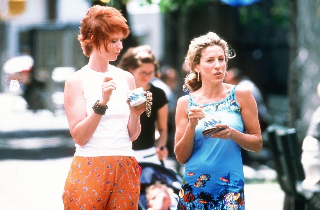 Carrie (Sarah Jessica Parker, r.) erzäht Miranda (Cynthia Nixon, l.) von ihrer neuen Eroberung, dem Comiczeichner Wade Adams, der ein wenig jünger... - Bildquelle: Paramount Pictures