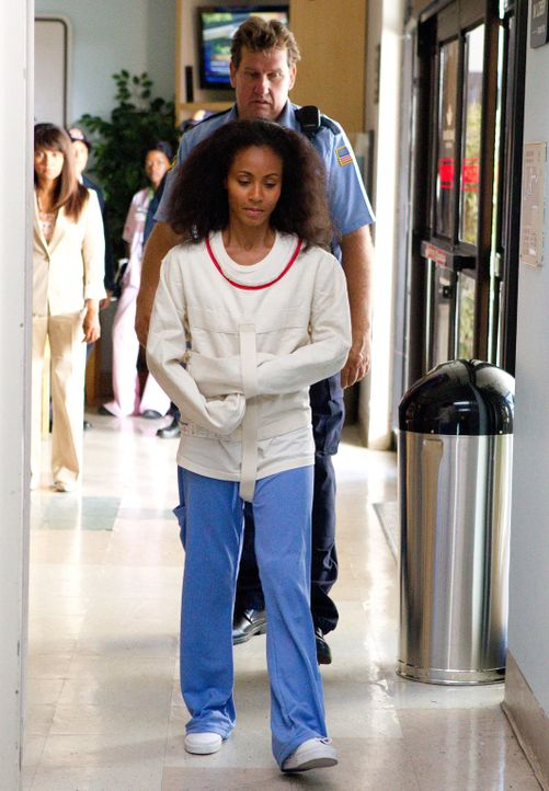 Im Traum sieht sich Christina Hawthorne (Jada Pinkett Smith) in einer Zwangsjacke gefesselt in der Klinik ... - Bildquelle: Sony Pictures Television Inc. All Rights Reserved.