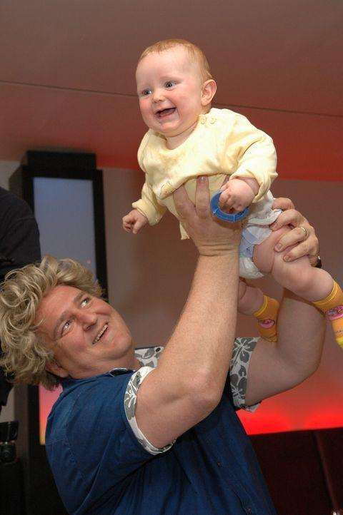 Markus Maria Profitlich hat mit Kindern viel Spaß. - Bildquelle: Sat.1