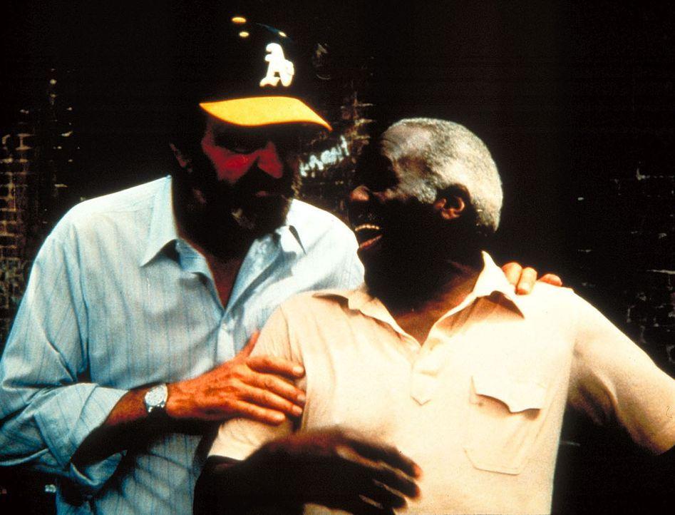 Mark (Victor French, l.) und Boomer (Hank Rolike), glauben wieder fest an den Sieg. - Bildquelle: Worldvision Enterprises, Inc.