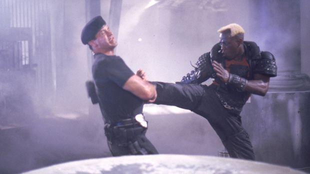 Nach einem letzten Duell werden der Cop John Spartan (Sylvester Stallone, l.)...