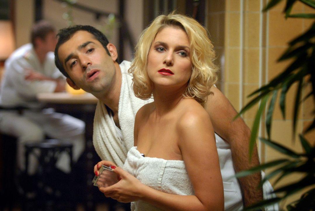 Um Markus der Untreue zu überführen, passen ihn Franziska (Jeanette Biedermann, r.) und Alfonso (David Hamade, l.) in der Sauna ab. - Bildquelle: Sat.1