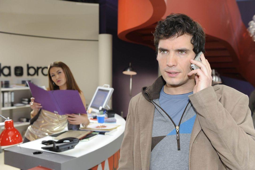 Jessica Kramer (Fiona Erdmann, l.) belauscht ein Telefongespräch von Alexander (Paul Grasshoff, r.) ... - Bildquelle: SAT.1