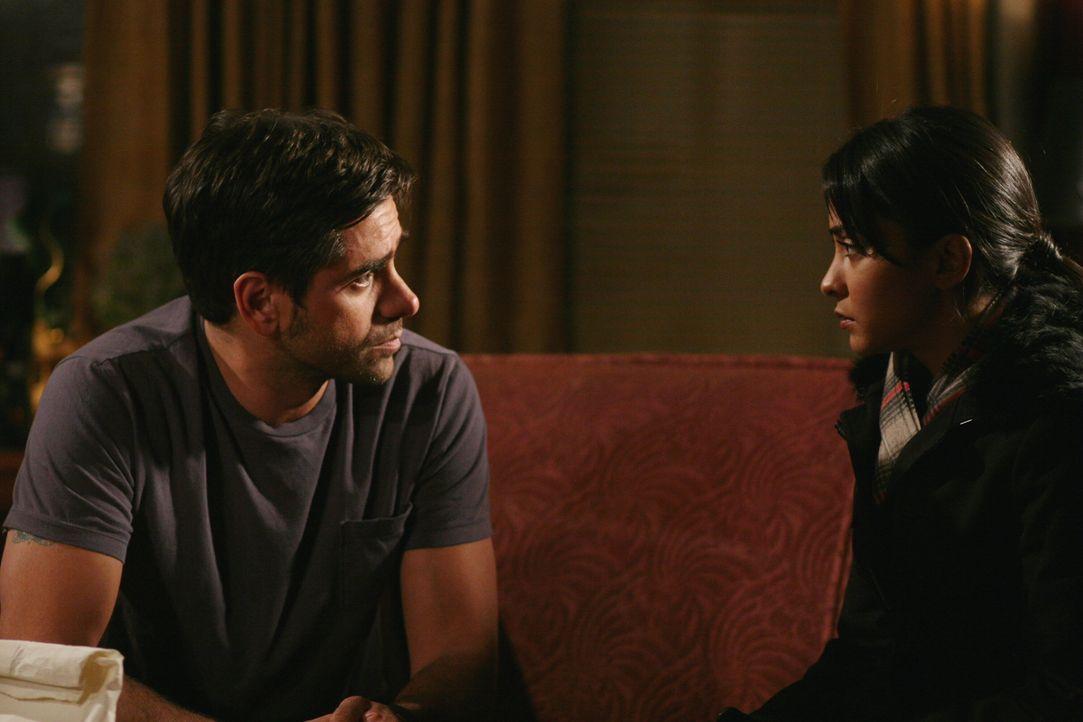 Werden  Neela (Parminder Nagra, r.) und Tony (John Stamos, l.) zueinander finden? - Bildquelle: Warner Bros. Television