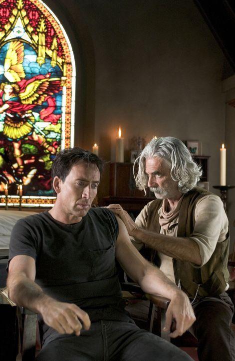 Immer wieder muss der Caretaker (Sam Elliott, r.) Ghost Rider Johnny Blaze (Nicolas Cage, l.) nach seinen Rachefeldzügen im Auftrag des Teufels zusa... - Bildquelle: Sony Pictures Television International. All Rights Reserved.