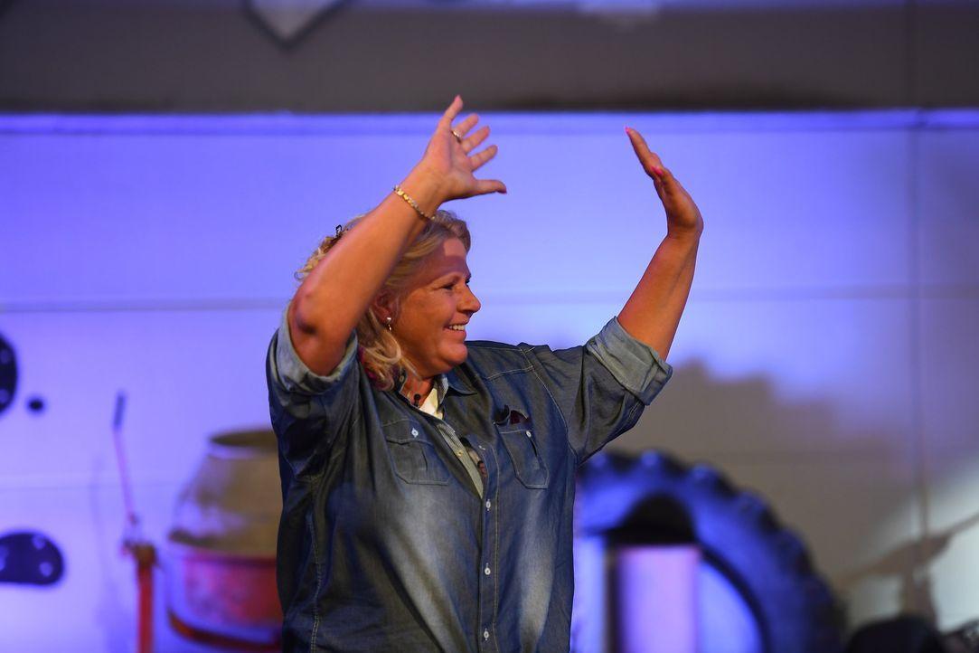 Silvia Wollny verabschiedet sich von dem Publikum, bevor sie ins Haus geht