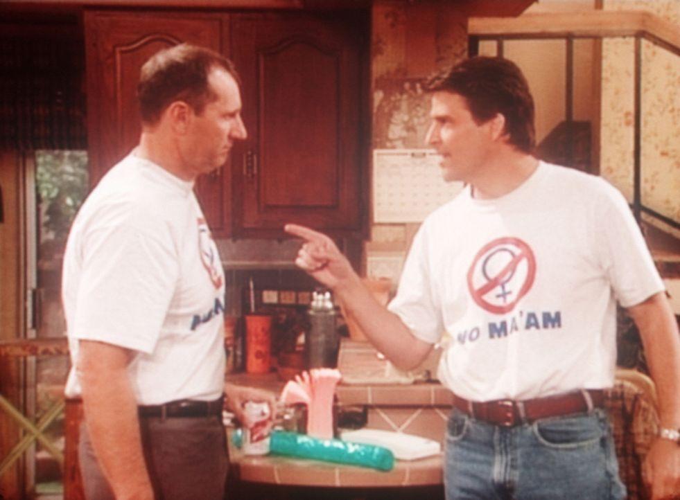 Al (Ed O'Neill, l.) und Jefferson (Ted McGinley, r.) gehen eine Wette ein, wer wohl die besseren Ideen für böse Streiche hat. - Bildquelle: Columbia Pictures