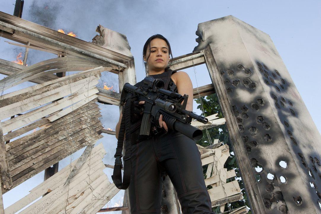 """Rain (Michelle Rodriguez) ist ein ziemlich """"toughes Mädchen"""", dass sich nicht in Bockshorn jagen lässt ... - Bildquelle: 2011Davis Films/Impact Pictures (RE5) Inc. and Constantin Film International GmbH."""