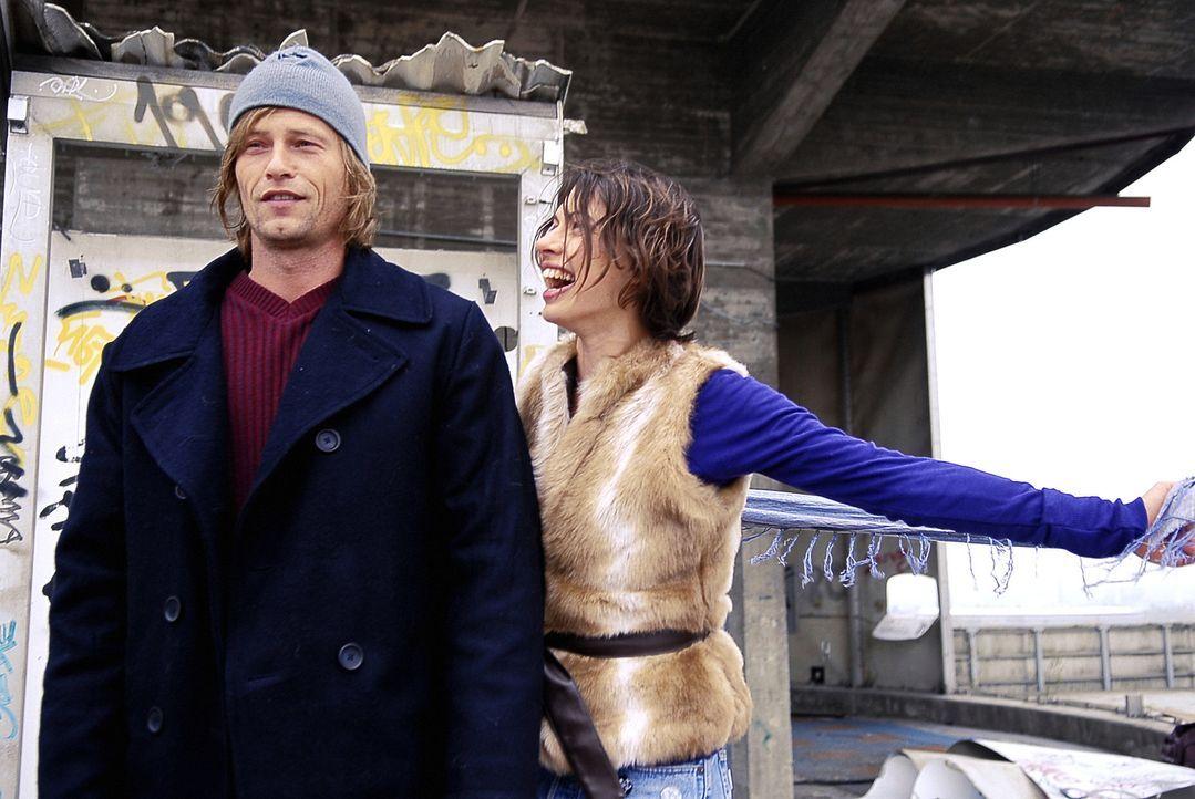 Als Marc (Til Schweiger, l.) die charmante Nika (Jana Pallaske, r.) kennenlernt, spürt er sofort, dass sie die Frau seines Lebens ist. Doch dem bezi... - Bildquelle: Warner Brothers