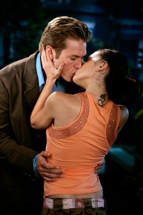 Wird ihre Liebe bestehen, wenn Dex (Jason Lewis, l.) die Wahrheit über Phoebe (Alyssa Milano, r.) erfährt? - Bildquelle: Paramount Pictures
