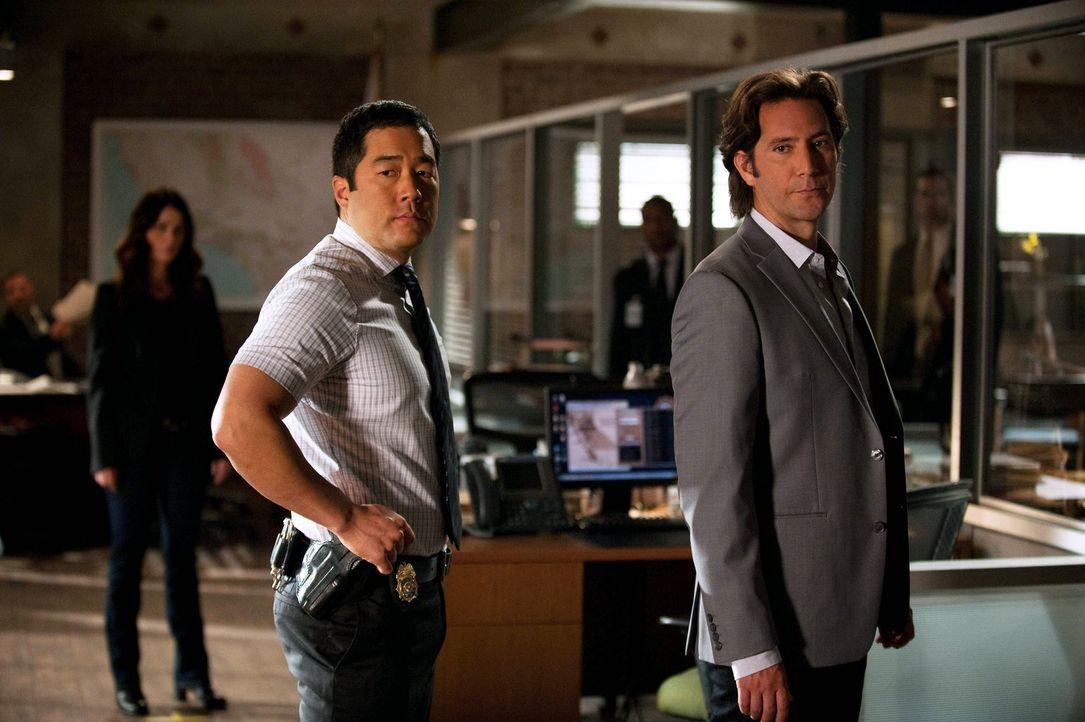 Mit dem superreichen Geschäftsmann Tommy Volker (Henry Ian Cusick, r.) hat Lisbon (Robin Tunney, l.) noch eine Rechnung offen. Auch wenn sie es ihm... - Bildquelle: Warner Bros. Television