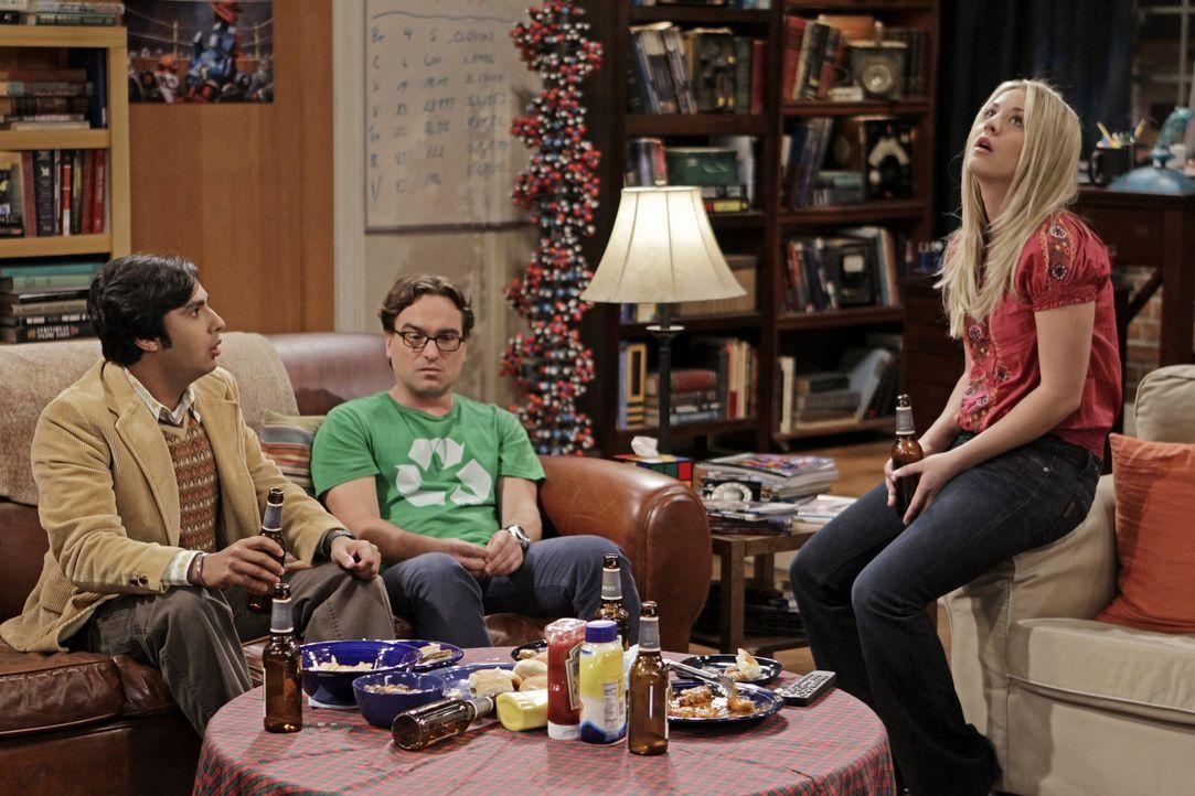 Verbringen einen ganz speziellen Abend miteinander: Penny (Kaley Cuoco, r.), Leonard (Johnny Galecki, M.) und Raj (Kunal Nayyar, l.) ... - Bildquelle: Warner Bros. Television