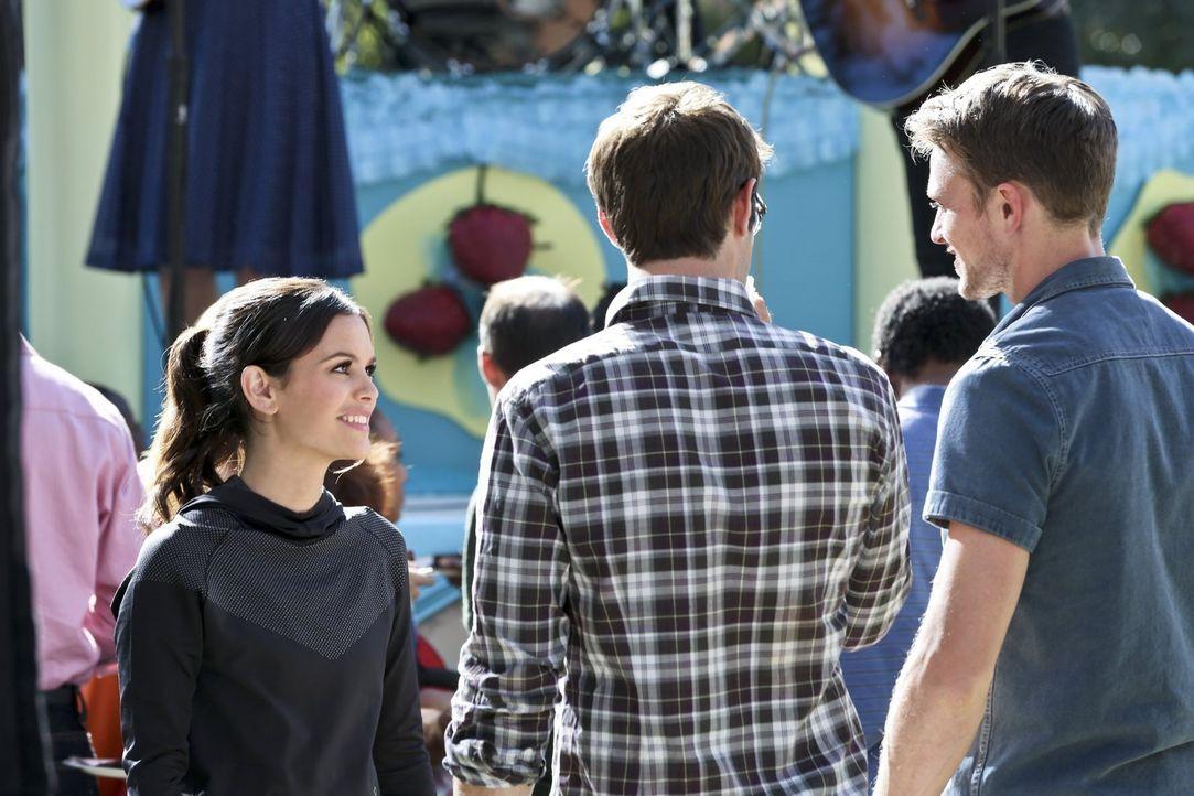Während Zoe (Rachel Bilson, l.) finanzielle Hilfe bei Brick sucht, soll Wade (Wilson Bethel, r.) bei Joel (Josh Cooke, M.) für einen Geldsegen sorge... - Bildquelle: Warner Brothers