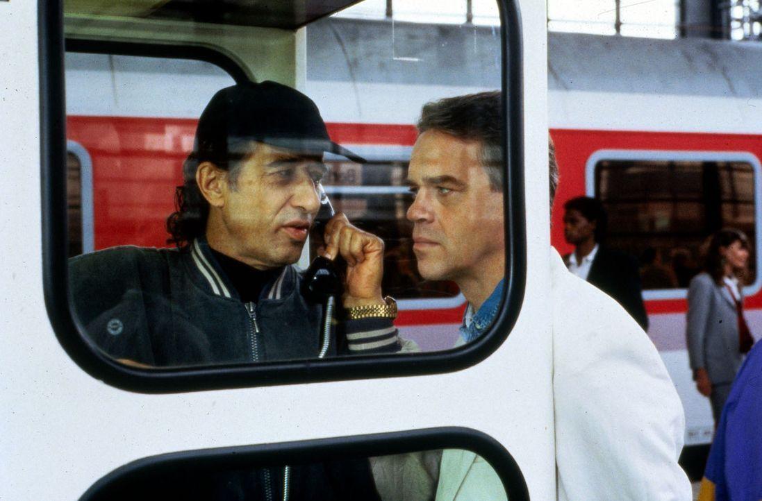 Wolff (Jürgen Heinrich, r.) versucht über den Einbrecher Dieter Ellwein (Rolf Zacher, l.), Kontakt zu den Entführern seiner Ex-Frau Ellen zu beko... - Bildquelle: Alfred Raschke Sat.1