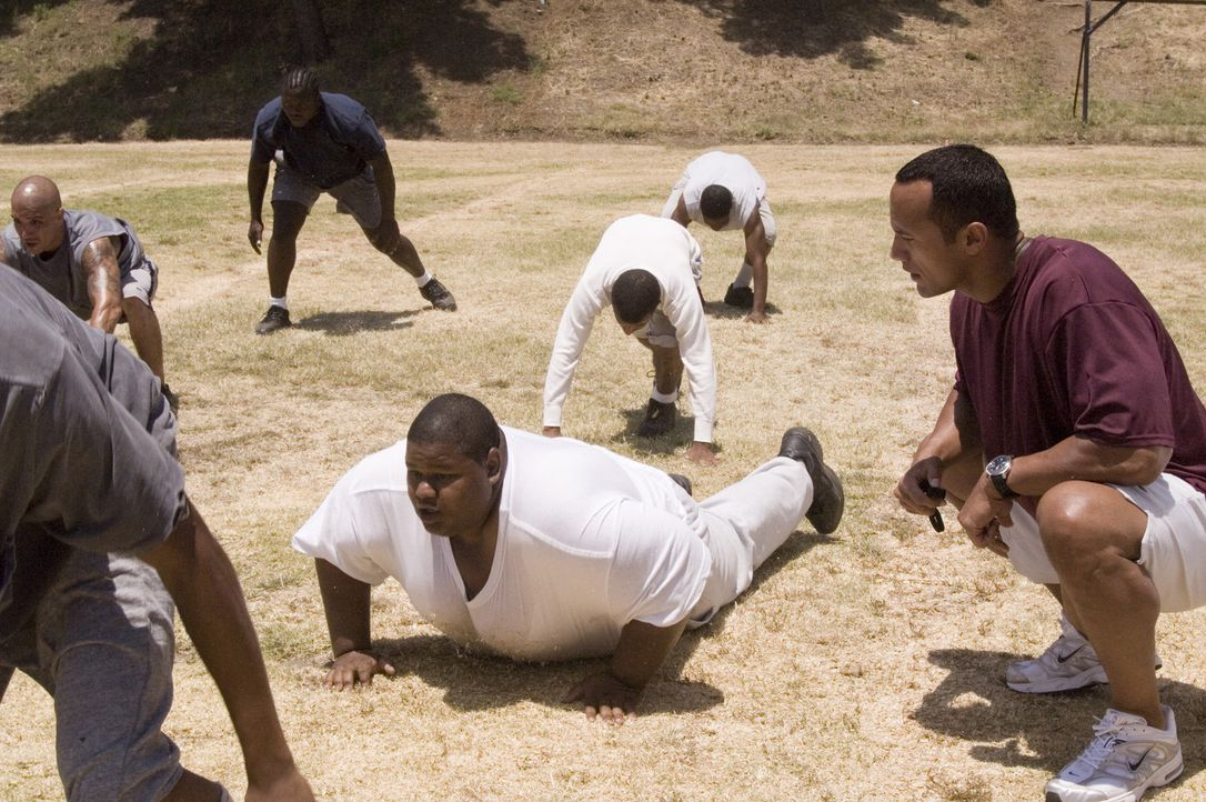 Mit der Gründung eines Häftlings-Footballteams will Bewährungshelfer Sean Porter (Dwayne Johnson, r.) den Jugendlichen Teamgeist, Selbstbewusstse... - Bildquelle: Copyright   2006 Columbia Pictures Industries, Inc. and GH One LLC. All Rights Reserved.