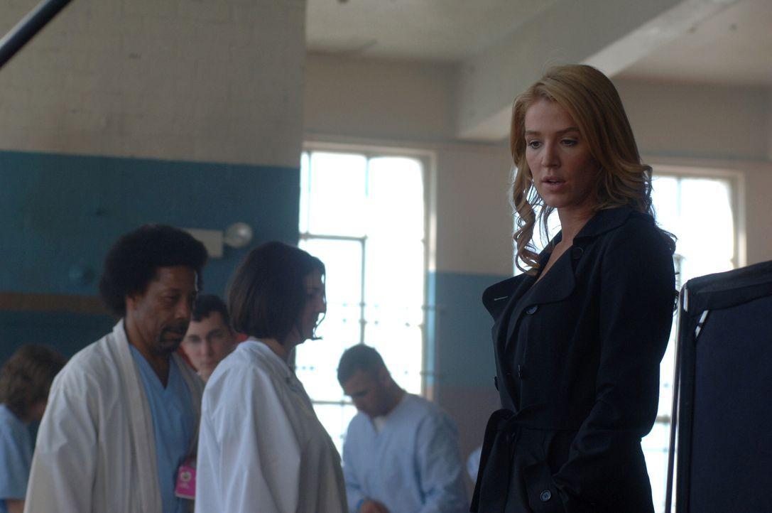 In der Psychiatrie will sich Samantha Spade (Poppy Montgomery) mit einer jungen Frau unterhalten, die von der Polizei aufgegriffen wurde ... - Bildquelle: Warner Bros. Entertainment Inc.