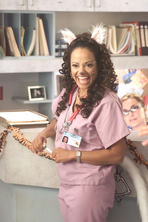 Nachdem ihr J.D. gebeichtet hat, dass er Laurens Schichtplan manipuliert, damit sie immer mit den drei Jungärzten zusammenarbeiten kann, gibt Carla... - Bildquelle: Touchstone Television