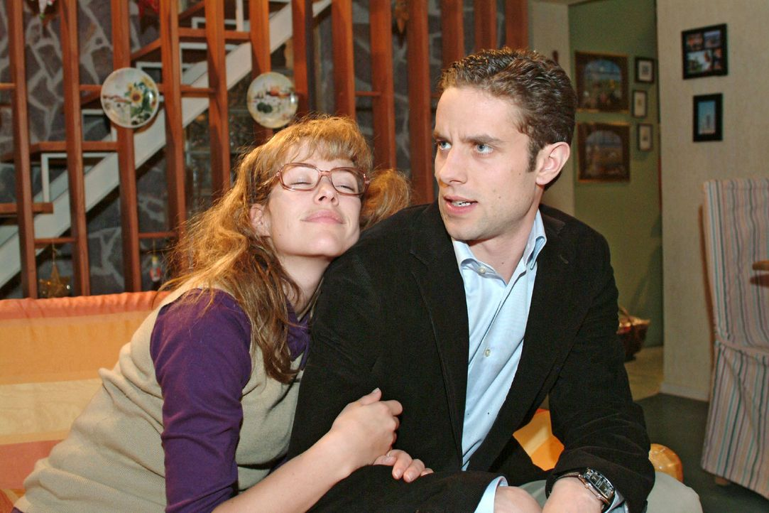 Max (Alexander Sternberg, r.) muss erkennen, dass seine Liebesmüh' vergebens war. Im Schlaf murmelt Lisa (Alexandra Neldel, l.) Davids Namen. (Dies... - Bildquelle: Sat.1