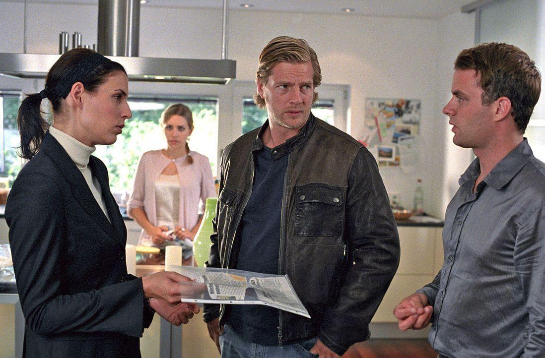 Nina (Elena Uhlig, l.) und Leo (Henning Baum, 2.v.r.) befragen Hendrik (André Röhner, r.) und Elke (Julia Dietze, 2.v.l.) Landsberg, die ebenfalls... - Bildquelle: Sat.1
