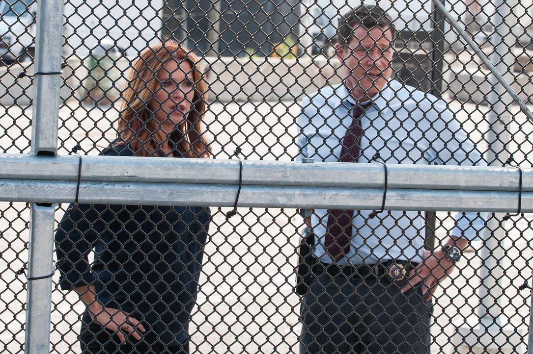 Einem Bombenleger auf der Spur: Carrie (Poppy Montgomery, l.) und Al (Dylan Walsh, r.) ... - Bildquelle: 2014 Broadcasting Inc. All Rights Reserved.
