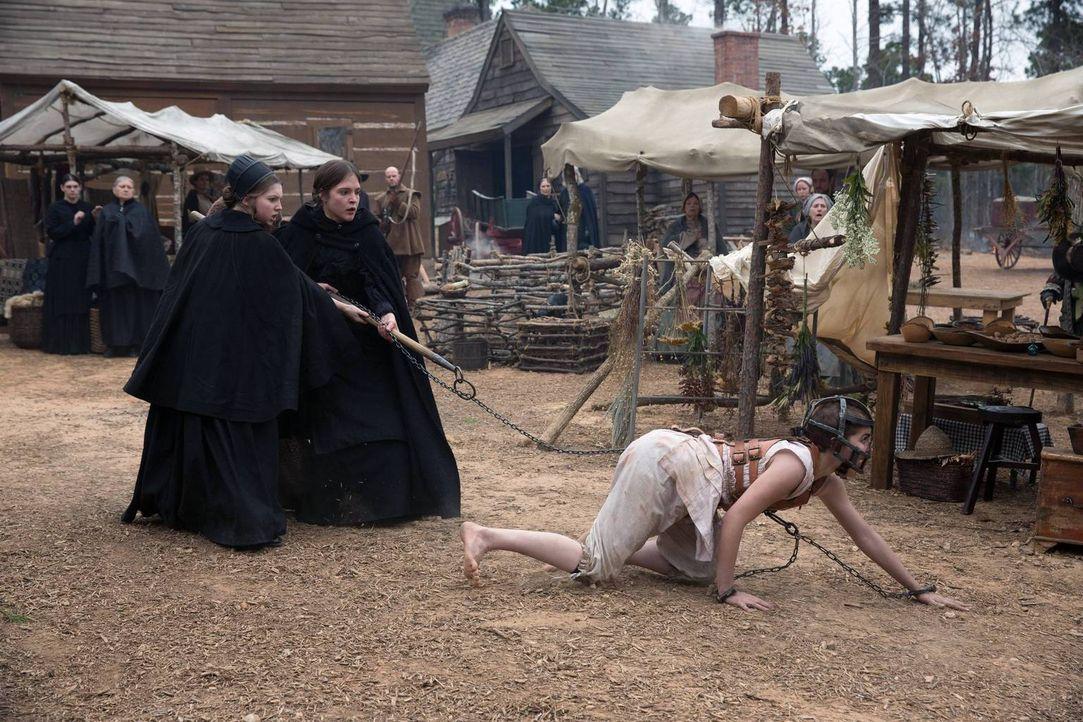 Fügt sich Mercy (Elise Eberle, r.) wirklich der Rolle als Haustier und Spielball der Hexen? - Bildquelle: 2013-2014 Fox and its related entities.  All rights reserved.