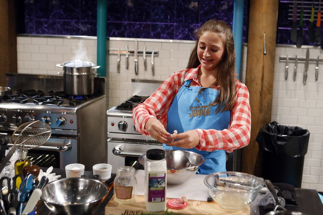 Die kecke Zoey aus New York versucht, sich bei der Vorspeise aus Shrimps, Regenbogen-Karotten, Rote Beete-Hummus und eingelegten Schweine-Füßen gege... - Bildquelle: Jason DeCrow 2015, Television Food Network, G.P. All Rights Reserved