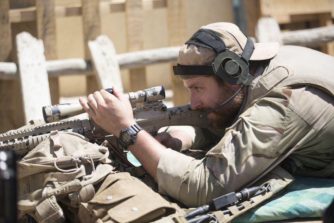 U.S. Navy SEAL Chris Kyle (Bradley Cooper) hat bei seinem Einsatz im Irak nur eines im Sinn: seine Kameraden zu schützen. Seine überragende Treffsic... - Bildquelle: 2014 Warner Bros. Entertainment Inc.