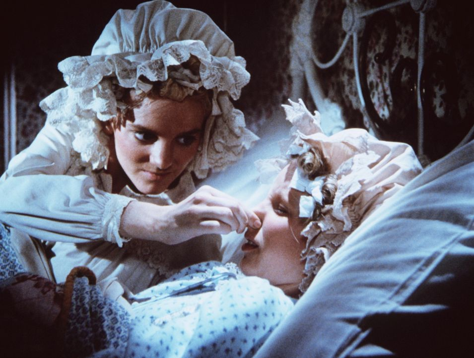 Nellie (Alison Arngrim, l.) hält ihrer Schwester Nancy (Allison Balson, r.) die Nase zu, da diese schnarcht. - Bildquelle: Worldvision