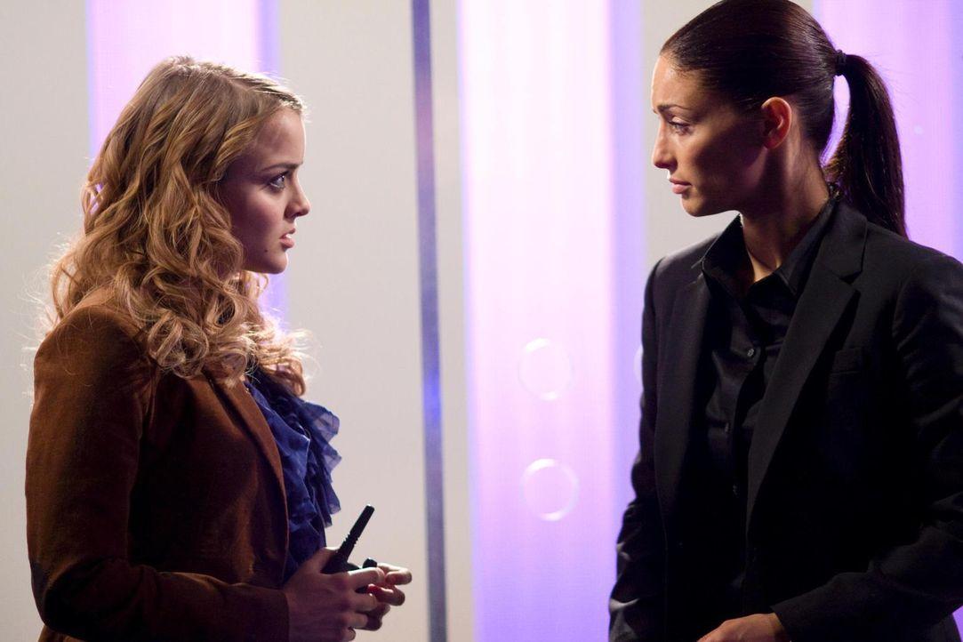Versuchen alles um Beverly zu stoppen: Jo (Erica Cerra, r.) und Zoe (Jordan Hinson, l.) ... - Bildquelle: Universal Television