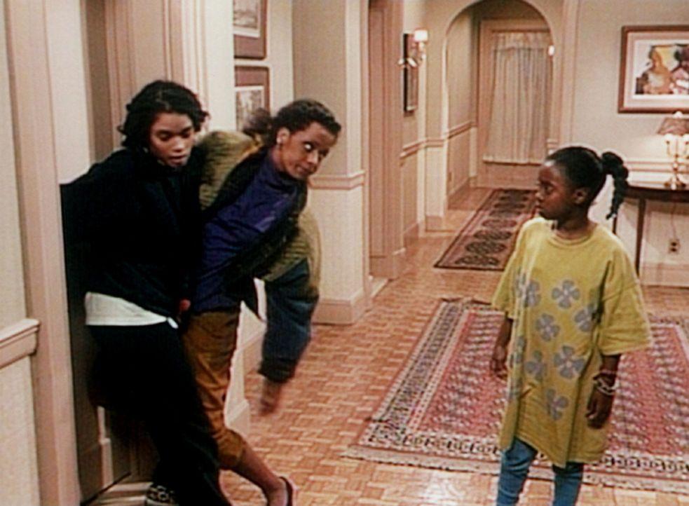 Rudy (Keshia Knight Pulliam, r.) kann nur staunen, wie sich ihre Schwester Vanessa (Tempsett Bledsoe, M.) so betrinken kann, dass Denise (Lisa Bonet... - Bildquelle: Viacom