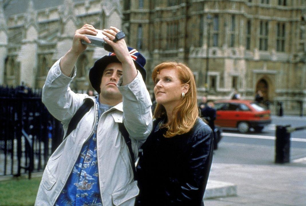 """Joey (Matt LeBlanc, l.) zieht allein als Tourist durch London und lernt dabei sogar die Herzogin von York, Sarah """"Fergie"""" Ferguson (r.), kennen. - Bildquelle: TM+  2000 WARNER BROS."""