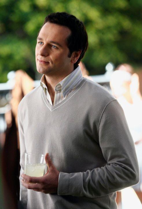 Kevin (Matthew Rhys) amüsiert sich bei der Verlobungsparty von Kitty und Robert. - Bildquelle: Disney - ABC International Television