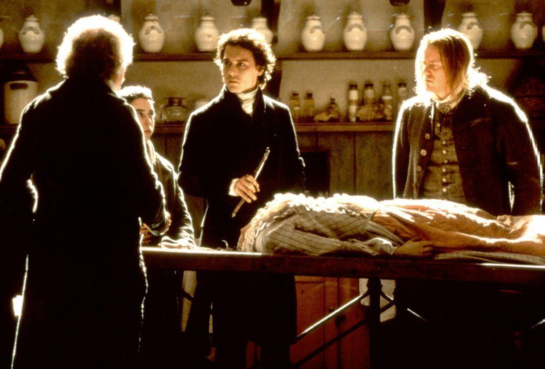 Gendarm Ichabod Crane (Johnny Depp, 2.v.r.) lässt sich von niemandem von einer wissenschaftlichen Erklärung abhalten - zunächst ... - Bildquelle: Constantin Film